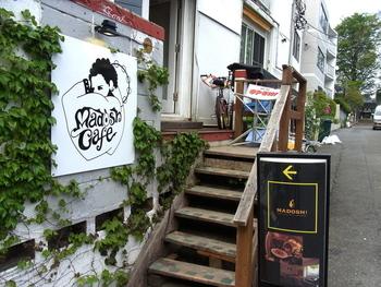 """明治神宮前の駅から7~8分歩いた路地裏にある「madosh!cafe(マドッシュ!カフェ)」は、""""すべてのみんながおなかいっぱいアボカド料理を食べてほしい""""と誕生したアボカド専門店です。"""