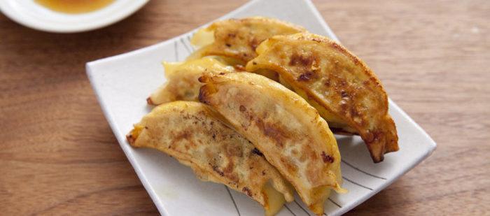 餃子を燻製にした面白い食べ方。燻製鍋がなくても、土鍋で簡単にできます。鍋にアルミホイルを敷いてスモークチップとザラメを入れ、金網にのせた餃子を10分ほど燻すだけ。ポイントは、燻す前に餃子を乾燥させておくこと。キッチンペーパーに餃子をのせて冷蔵庫に入れ、30分以上置いておきましょう。
