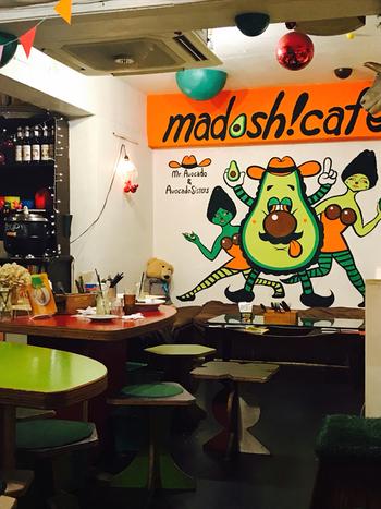 インパクトのあるアボカドの壁画をはじめ、アボカドカラーのテーブルや椅子を配置したポップな店内。学生さんサラリーマン、お子さん連れのママなど幅広い客層が訪れるカジュアルな雰囲気が魅力です。