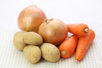 スーパーでよく見かける野菜といえば「じゃがいも・にんじん・玉ねぎ」。  比較的、年中お手ごろ価格。野菜が高いという時はもちろん、栄養もしっかり摂れて、いつものお買い物で安心感のある野菜ですよね。  その「じゃがいも・人参・玉ねぎ」、あなたはどのような料理でいただいていますか?
