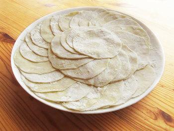 手作りの生地は、食感もよく、ひと味違う仕上がりに。肉のおいしさとともに、粉のうまみも味わえます。