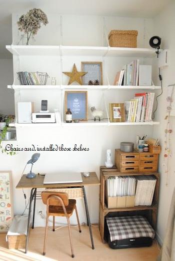 ちいさめデスクの前の壁面を全面収納に!実用性を兼ね備えた素敵な壁面収納ですね。手が届きやすい一番下の棚に、もっとも動かく頻度の高いものを収納するようにすると、使いやすくなります。