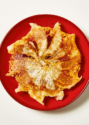 スライスチーズで羽根をつけた餃子。肉だねは、豚肉&マンゴー、鶏肉&カシューナッツの2種。チーズの油分で、油なしでカリッと焼くことができます。