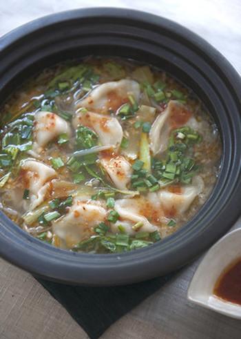餃子をさまざまな料理に使ってみるのもおすすめ。こちらは、四川餃子鍋。ピリッと刺激的な大人の味がくせになります。餃子を多めに作って冷凍しておけば、いろんな料理にすぐ使えて便利です。