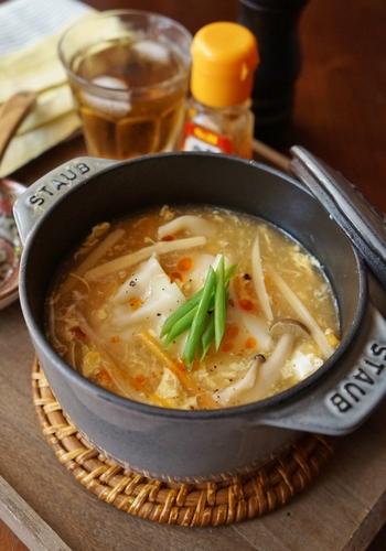 適度な辛みと酸味があって、さっぱりとした味わいが楽しめるサンラータン。餃子を加えることでコクが増し、おいしさがじんわりと体にしみわたっていきます。
