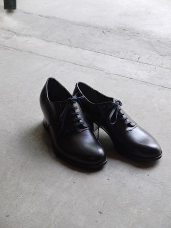 シンプルでスタンダードなスタイルを提案するパリ発のファッションブランド「ANATOMICA(アナトミカ)」。クラシカルな佇まいが魅力のALHAMBRAは、ディレクターのピエール・フルニエ氏が女性向けの矯正靴をベースにデザインしたレースアップシューズです。ANATOMICAらしい洗練されたデザインに加えて、足先にゆとりのあるストレスフリーな履き心地も魅力です。
