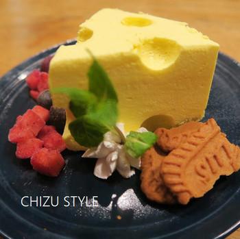 """チーズの形をしたケーキ、その名も「チーズ×チーズ×チーズ」をデザートにいかがですか?お店のロゴ""""CCC""""をイメージして作られていて可愛らしいですね。ひんやり濃厚なのに、あと味がさっぱりとしています。"""
