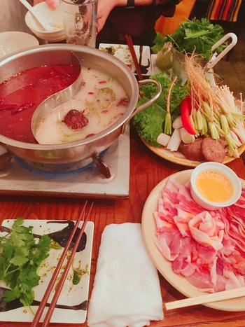 「パクチー火鍋」は、激辛とコク旨白湯のダブルスープでいただく名物メニュー。つけダレもパクチーたっぷりで、ここでしか味わえません。具材のお野菜も、もちろんパクチー。香りがより強い根っこの部分もいただけるのは、新鮮だからこそ。