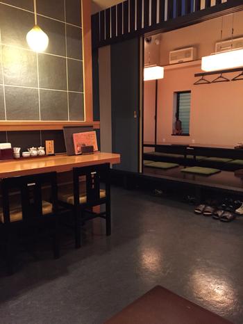 """お店を手がける岡直三郎商店は、1787年(天明7年)創業の老舗。""""日本一しょうゆ""""という名前の醤油を200年以上同じ製法で作り続けています。老舗の風格漂う店内は、個室もあるので会食にもおすすめです。"""