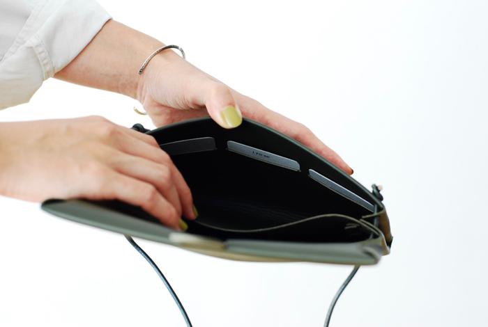 バッグの中にはカードケースや仕切りが付いているので、ショッピングや旅行シーンにもおすすめです。上質な1枚革で仕立てたショルダーケースは、使えば使うほどに風合いを増し、美しい経年変化を楽しみながら長く愛用できます。