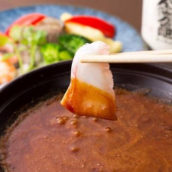 名物の「焦がし醤油フォンデュ」はランチでは会席料理の1品としていただけます。醤油屋ならではの秘伝のコク旨みソースに、もち豚や白身魚、季節のお野菜を絡めていただきます。甘辛いソースが素材の味を引き立てて、いろいろな素材につけて食べてみたくなります。