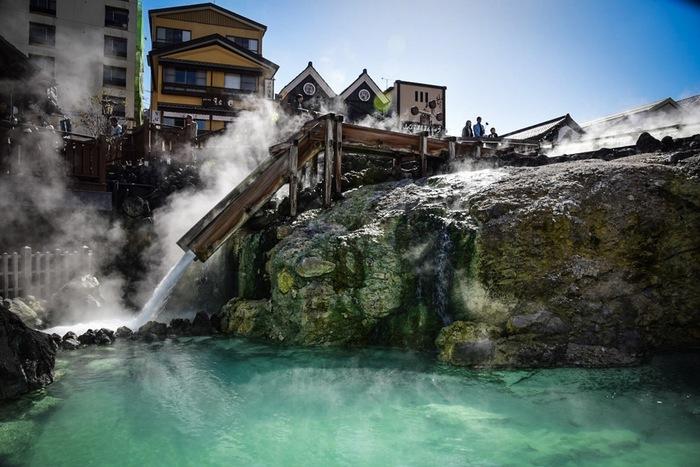 下呂温泉・有馬温泉と並び、日本三名泉に数えられる草津温泉。強酸性で成分の濃い良質なお湯は他の温泉には無い魅力です。 その草津温泉のシンボルが、湯畑。毎分4,000リットルもの温泉が湧き出し、湯煙が上がる様は圧巻です。エメラルドグリーンに映る湯面も美しいですね。