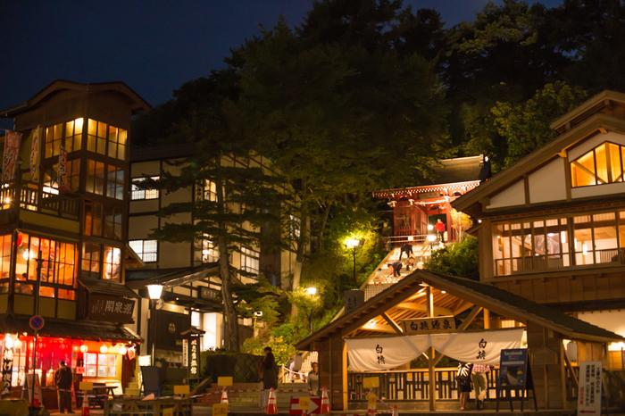 湯畑を中心とした温泉街は趣があり、散策も楽しめます。そんな草津温泉の中でも湯畑周辺にある旅館をご紹介します。