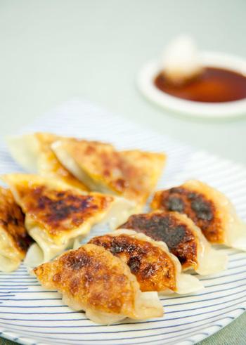 小松菜たっぷりの基本の肉だねに、明太子ともち、芥子高菜とチーズを混ぜた変わり餃子2種。たまには、こんな餃子もうれしいですね。