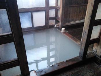 湯船は熱いお湯とぬるいお湯の2種類に分かれています。人気の共同浴場で昼間は混んでいますが、朝や夜は比較的ゆっくり入ることができますよ。