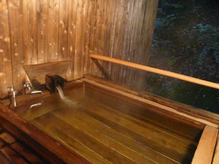 柳屋旅館の井戸からくみ上げられた源泉を使った檜風呂もまた趣深くて素敵です。秩父七湯の1つにも数えられ、江戸時代より湯治場として多くの人々に親しまれてきた柴原温泉。心静かに辺りの空気を味わいつつ、お湯に浸かる。このシンプルな過ごし方が、特別贅沢に感じられます。