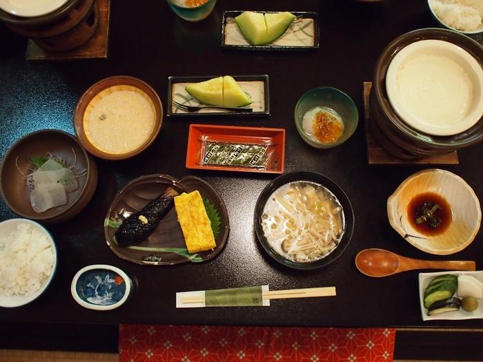 さらに、楽しみにしたいのは、旬の食材を使った手の込んだお料理。また、特筆すべきはご主人が打つ手打蕎麦。口に入れれば木の芽の香りが広がり、なんとも上品な美味しさです。豪華でなかなか食べきれないと思われがちな旅館のお料理が、するする口に入るのも、優しい味わいに、この宿のおもてなしの心が表れているからでしょう。