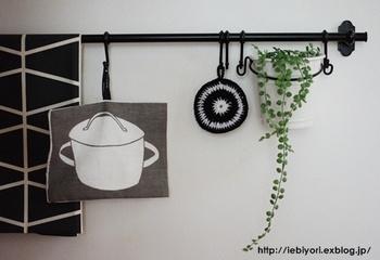 鍋敷きやミトン、マグカップなど、お気に入りをハンギング収納するとキッチンインテリアとしても素敵。