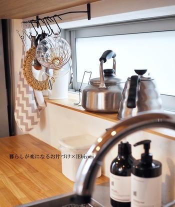 こちらのお宅では、ワークトップ上のスペースを活用してキッチン雑貨をハンギング収納しています。