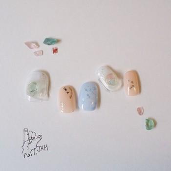 天然石やシェルを散りばめた、きらきらと繊細な輝きを放つ「飴細工」という名前のかわいらしいデザインも。淡い色合いは肌馴染みもよいので、つける人を選びません。