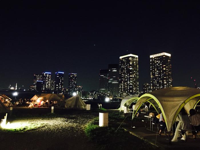 夜景を見ながら夜のBBQもおしゃれですね。ソフトドリンクやカクテル、ビールなどの飲み放題プランもあるので、お酒を片手に大人のBBQを楽しみたい方にもおすすめ。
