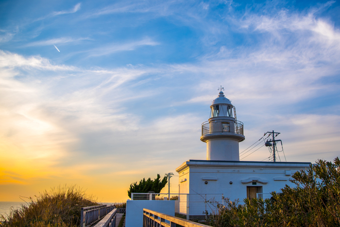 灯台の高さは12m。4階建ての建物と同じくらいの高さです。周りには灯台を遮る高い建物が何もないので、見晴らしがとても良く、晴れていれば伊豆大島や富士山を望むことが出来ます。 灯台からは1日中美しい景色が望めますが、おすすめのは、特に夕刻。5月と8月には、富士山の真上に夕日が沈む様子を見ることが出来ます。 毎年この時期になると、その美しい絶景を撮影しようと沢山の方が訪れますので、早めに観賞場所を押さえておくことをおすすめします。 灯台の中には入れませんが、一般公開されるときもあるようなので要チェックです!