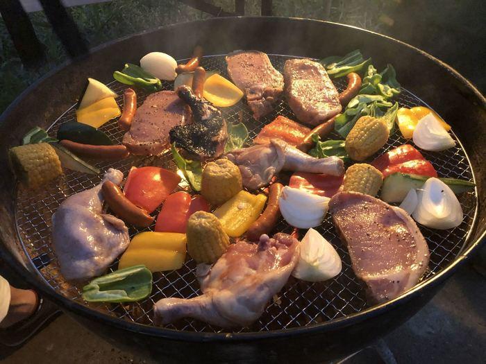 プランには、BBQの本場、アメリカのトップブランド・WEBER社製のBBQコンロやテーブル、着火剤や木炭などがすべて含まれているので、到着したらすぐにBBQを始められます。こちらのコンロは、球状のおしゃれな見た目だけでなく、熱伝導率が高く食材をおいしく焼き上げる効果もあります。