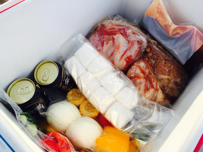 食材はクーラーボックスに入った状態でセッティングしてもらえます。屋外でのBBQは食材の鮮度が気になるので、これなら気温が高い日も安心。食材はすべてカットされていて、お肉はタレに浸けこんであるので包丁いらずなのもうれしいポイント。