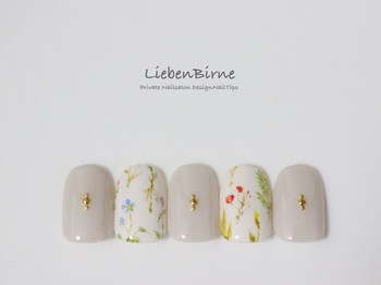 普段はネイルサロンで活動しながら、趣味でハンドメイドのアクセサリーを作る「LiebenBirne」。繊細なアートが施されたネイルチップは、指先に上品なアクセントをプラスしてくれます。