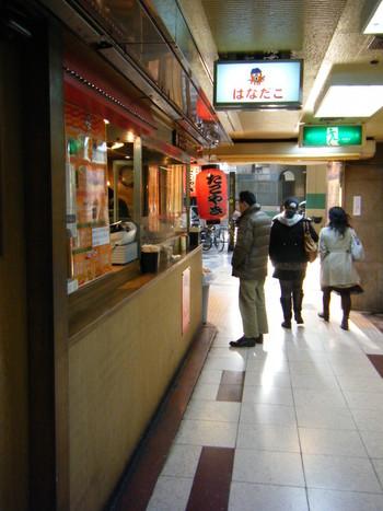 JR大阪駅から徒歩一分、100店舗もの飲食店が軒を連ねる「新梅田食堂街」にあるたこ焼き屋「はなだこ」は、いつも多くの人で賑わっている人気店です。
