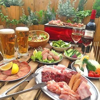 コースメニューは、サラダやナムルなどのお野菜類もあってヘルシー派の方も満足できます。BBQコンロやトングなどが用意されているので、休日だけでなくお仕事帰りにも気軽に楽しめます。
