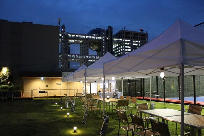 メディアにもたびたび登場する「都会の農園バーベキューテラス」は、ダイバーシティ東京プラザ屋上のスカイテラスにあります。芝生が敷き詰められた屋上は、開放感があり緑豊か。