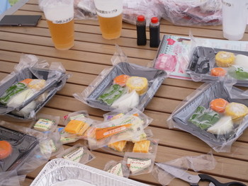 食材や飲み物の持ち込みは自由ですが、気軽に楽しむならセットにするのがおすすめ。食材が真空パック状態でクーラーボックスに入っているので、パックを開ければすぐに焼くことができます。
