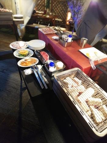 コースはお肉の種類やボリュームに合わせてセレクト可能。すべてのコースに飲み放題とサラダ、フライドポテト、ペンネアラビアータがついていて、おなかいっぱいBBQを楽しめます。BBQはテント前のメインフロアで行い、スタッフの方に焼いてもらうこともできますよ。