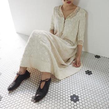 「日常の普遍性と特別感」をコンセプトとするセレクトショップ「10,locus」の、ヴィンテージの洋服に特化したオンラインショップです。  アンティークの取り扱いもあり、ヨーロッパやアメリカなどのさまざまなカテゴリーの商品からお気に入りを探し出す楽しみが味わえます。つい時間を忘れてしまいますよ。  丁寧な商品紹介に愛を感じる素敵なお店です。