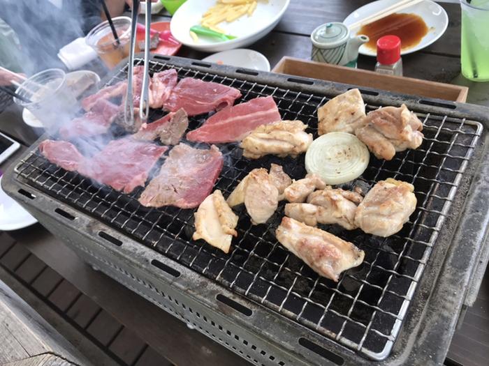 「海沿いのキコリ食堂」のBBQは炭火。じっくりこんがり焼けたお肉はジューシーで、いくらでも食べられそう。テラスには開閉式の屋根がついていて、日差しや小雨程度なら気にせず過ごせるのも女子にとってはうれしいですね。