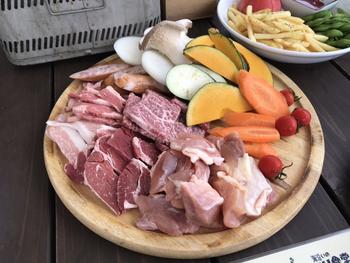 食材や機材は、すべて用意されているので、手ぶらでOK。メニューにはお肉やシーフードはもちろん、新鮮な鎌倉野菜も含まれていて、地元の味をBBQで味わえるのも楽しみのひとつです。