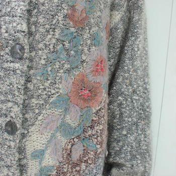 せっかくヴィンテージに挑戦するなら、デザイン性豊かな一着をセレクトしてみるのもよいかもしれません。  こちらは、大きなお花の刺繍が施されたカーディガン。 当時の流行はどんな特徴があったのかを、個性的な柄から感じ取ってみてくださいね。
