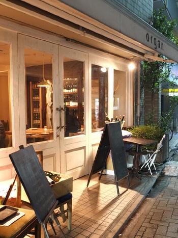 「オルガン」は、三軒茶屋の人気店「ウグイス」の姉妹店。自然派ワインが堪能でき、お料理も良心的な価格で楽しめる人気のビストロです。