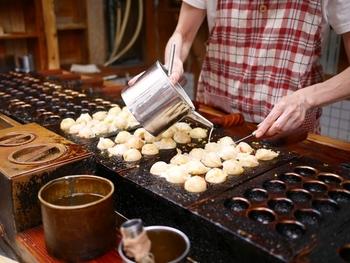 焼いてキレイに形ができ上がっているたこ焼きの上に、もう一度出汁を流して焼くという、出汁の二回流し。これがたこ焼きのカリッと感が生まれるヒミツなんだそうです。
