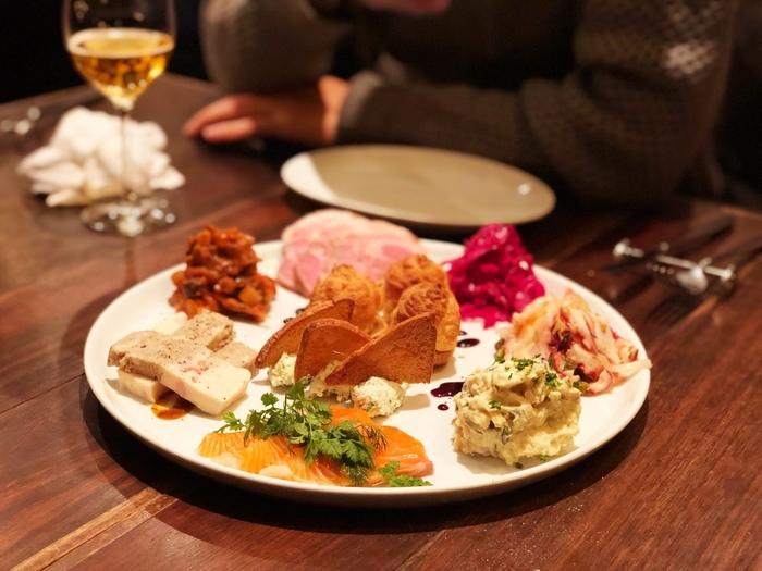 お店自慢の一皿は、前菜の盛り合わせ。季節を感じてもらえるようにと、毎月内容を変えているそうです。その他、フランス料理の中にも日本の四季を表現している料理が多くあります。行くたびに新鮮な驚きを味わえるお店です。