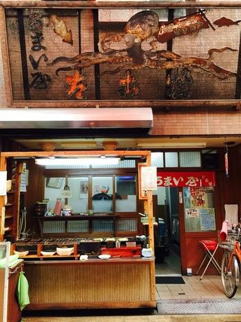 昭和28年創業の老舗たこ焼き店「うまい屋」。昭和っぽいどこか懐かしい雰囲気のお店の佇まいが歴史を感じさせます。ミシュランガイドにも掲載された名店。