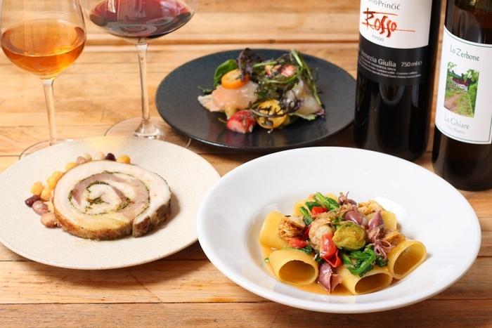"""""""温度と香り""""にこだわったお店で、炭や藁、柑橘や香草などの香りがふわっと広がるお料理や、食材一つ一つの特徴を見極めて温度にこだわって適温調理された美味しいお料理が味わえます。自然派イタリアワインと共にじっくり楽しみたいですね。"""
