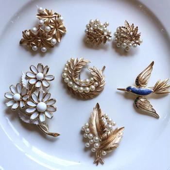 ヴィンテージアクセサリーのセレクトショップです。お花などの植物や、動物などの自然モチーフの品揃えがとても充実しています。