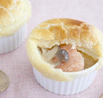 サクサク香ばしいパイ皮、割った瞬間にふわっと立ち上る湯気。ポットパイにすれば、どんなスープも「ごちそう」に格上げできちゃいます。冷凍パイシートを使えば簡単に作れるので、パーティやお客様へのおもてなしにおすすめ。こちらは糀甘酒でほんのり甘く仕上げた鮭のシチューを中に。
