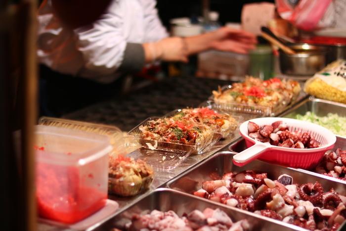 おうちで作るたこ焼きももちろん美味しいけれど、たまにはプロの作る本場の味を楽しみたいもの。そんな時、わざわざ大阪まで足を運ぶ必要はないんです!東京・お台場にある、本格的な大阪のたこ焼きが食べられる人気スポットをご紹介します。