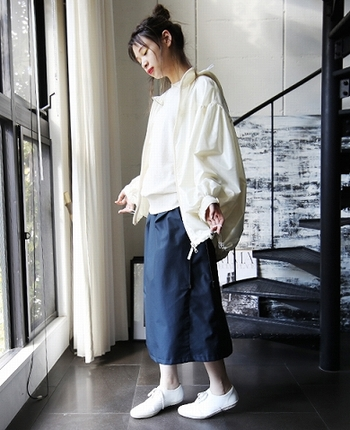 ふわっとしたギャザーが女の子らしいマウンテンパーカー。薄手でさらっとしたデザインはどこかブラウスのような軽やかさも感じます。インナーや小物もホワイトで統一し、紺色タイトスカートで引き締めた大人ガーリースタイルです。