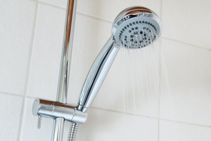 次に水のシャワーを心臓から遠い部位から10~20秒ほど浴びます。慣れるまでは膝下にだけ30度以下のシャワーをかけても◎。入浴とシャワーを3~5回繰り返して水シャワーで終了です。