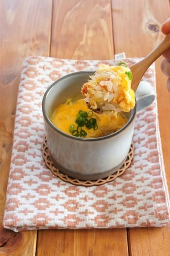 おかゆではなく、普通のご飯ものを食べたいときには、マグカップで作ると食べ過ぎ防止になりそう。材料をカップに入れてレンジでチンするだけで、簡単に和風オムライスのできあがり。