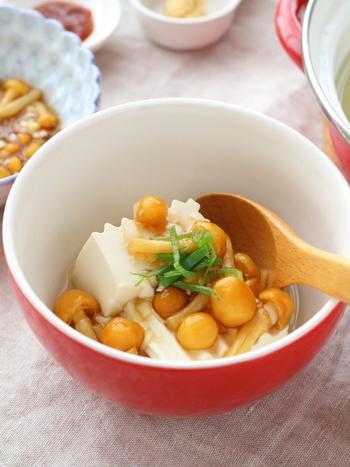 こちらは、なめこの醤油だれの湯豆腐。レンジで作ることができます。なめこは、食物繊維も多く、おなかにも優しいので夜食にぜひおすすめです。